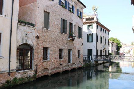 Im historischen Stadtkern führen kleine Brücken über den Sile.