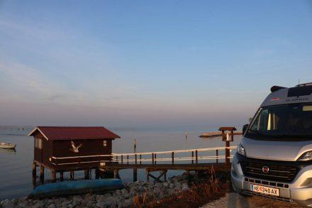 Der Duc in der Morgensonne - könnte glatt als Fischtransporter durchgehen.