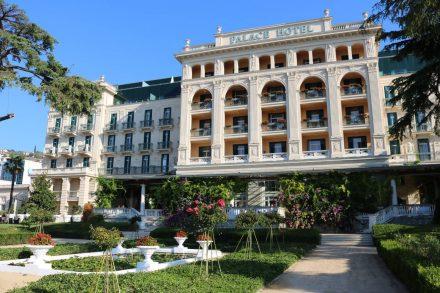 Eine wunderschöne Gartenanlage schmückt die Front des Palace Hotel.