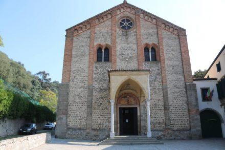 Auf dem Weg zum Heiligtum der sieben Kirchen kommt man auch am Dom vorbei.