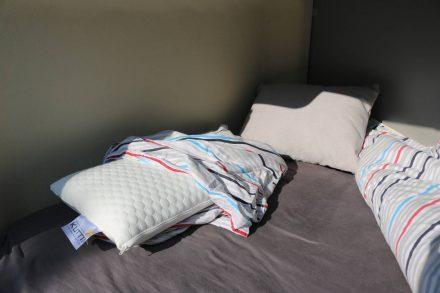 Passend zum Unterbett gibt es ein Kissen, das ebenfalls eine wärmende und eine kühlende Seite hat.