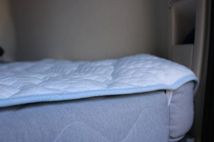 Das System kennen wir ja von den Ikea Matratzenschonern - praktische Gummischlaufen fixieren das Unterbett auf der Matratze.