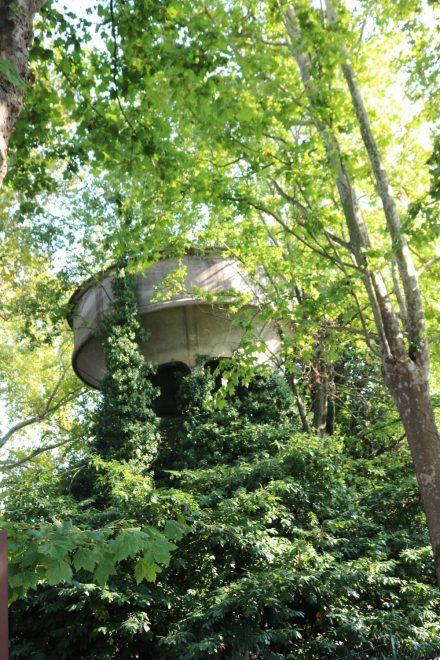 Im Garten des Archäologischen Museums von Adria steht dieser zugewachsene Turm.