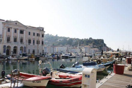 Am kleinen Innenstadthafen tummeln sich Boote vor einem der zahlreichen Museen.