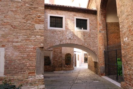 Durch diese hohle Gasse nähert man sich dem Duomo von hinten.
