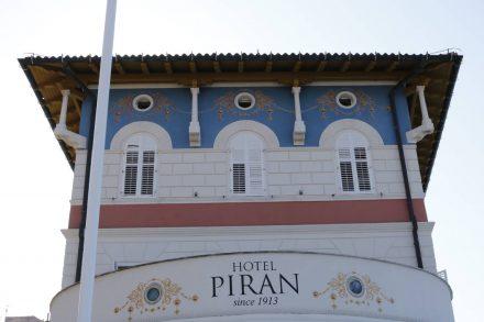 Das hübsch renovierte Hotel Piran direkt an der Flaniermeile.