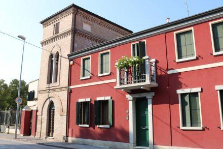 Noch ein hübsch renoviertes Häuschen mit gotischem Turmanbau.