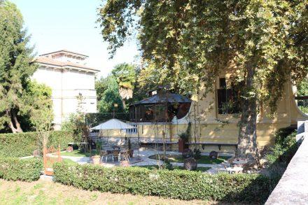 In vielen alten Villen sind moderne Bistros und Cafehäuser untergebracht.