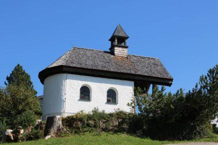 Die hübsche Almkapelle vor dem Gasthof Neureuth.