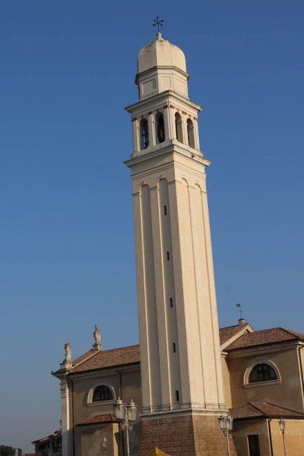 Der Kirchturm von Casier.
