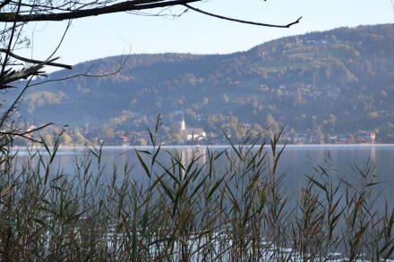 Am Westuferweg mit Blick auf die Kirche von Schliersee.