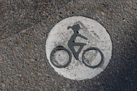 Der Radweg in Portoroz ist mit einer flotten Pferdeschwanz-Radlerin signiert.
