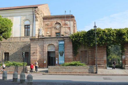 Das Museum am Eingang zum Castello Carrese in Este.