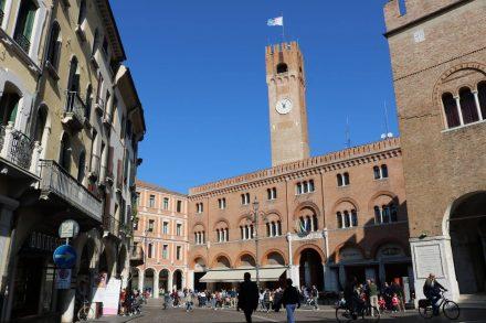 Das Rathaus thront über dem Piazza dei Signori, den zahlreiche Cafés beleben.