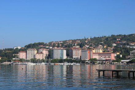 An der Uferpromenade entlang zeigt sich die von Hotels geprägte Ansicht von Portoroz.