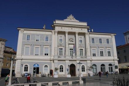 Das Rathaus von Piran am Tartini Platz.