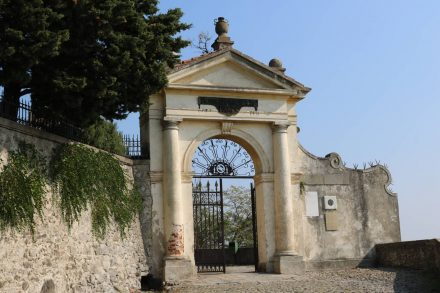 Das prächtige Tor zum Heiligtum der Sieben Kirchen.
