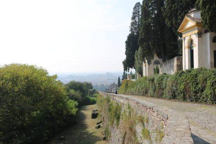 Eine Vielzahl kleiner Kapellen schmückt den Weg hinauf zur Villa Duodo.