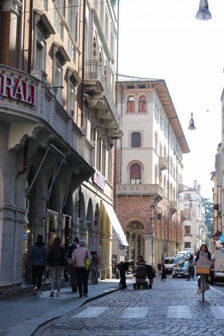 Im historischen Zentrum von Treviso reihen sich alte Stadthäuser und Paläste aneinander.