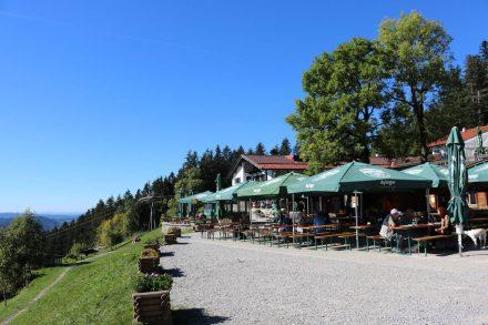 Die beliebte Schliersberg Alm hoch über dem Schliersee.
