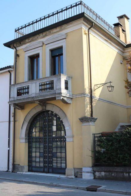Und schöne alte Häuser wie dieses mit dem schmiedeeisernen Portal.
