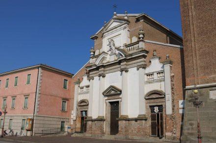 Wunderschöne kleine Kirchen in Adria.