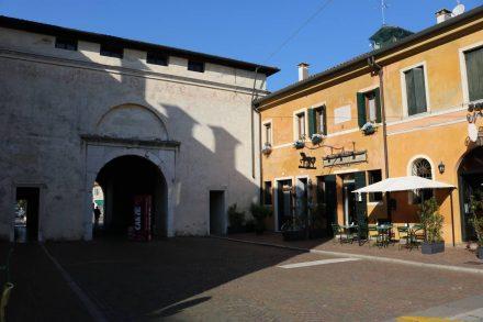 Wenn man den Sile überquert hat, gelangt man durch ein Stadttor ins Zentrum von Treviso.