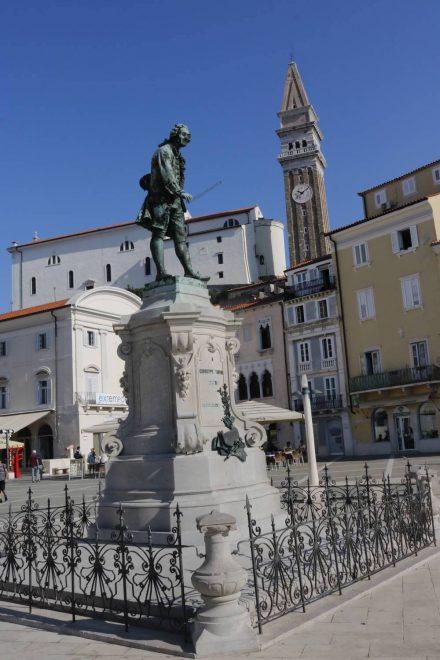 Piran wird auch die Tartini Stadt genannt - das Denkmal von Guiseppe Tartini auf dem gleichnamigen Platz.