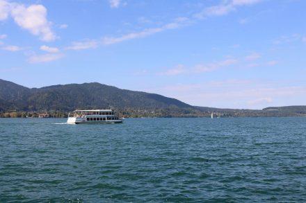 Den Tegernsee kann man auch mit dem Ausflugsschiff überqueren.