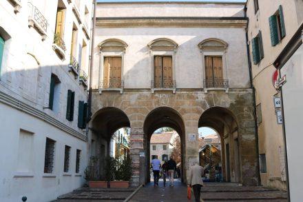 Hinter diesem Durchgang wartet der nette Wochenmarkt von Treviso.