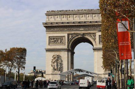 Der Arc de Triomphe steht mitten im Pariser Leben.