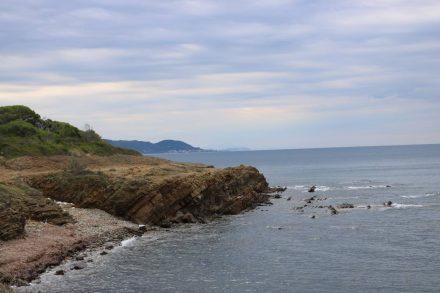 Der Trampelpfad verläuft direkt auf den Küstenfelsen.