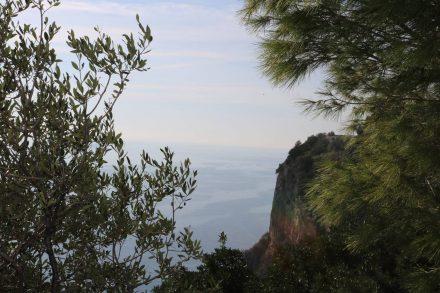 Rechts die Felsen und das Meer, links die Felsen und der Wald. Dazwischen sehr wenig Straße.