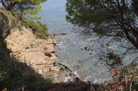 Glasklares Wasser an der Felsenküste vom Punto Licosa.