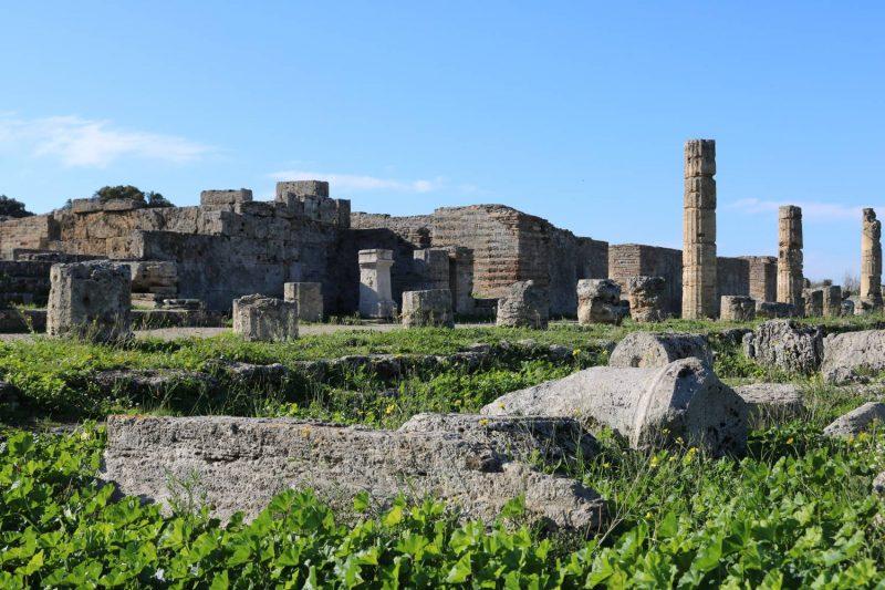 Säulenreste und Fundamente zeugen von dem Umfang der gesamten Anlage.