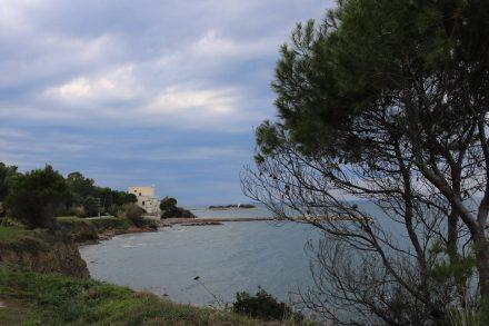 Der kleine Hafen von Punto Licosa mit Kirchlein und Leuchtturm.