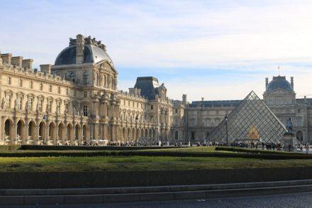 Der Louvre mit der Pyramide.