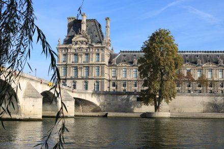 Von der Seine aus auf einen Louvre Flügel geblickt.