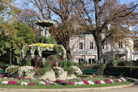 Eine hübsche Villa und ein prachtvoller Brunnen abseits der Champs-Elysees.