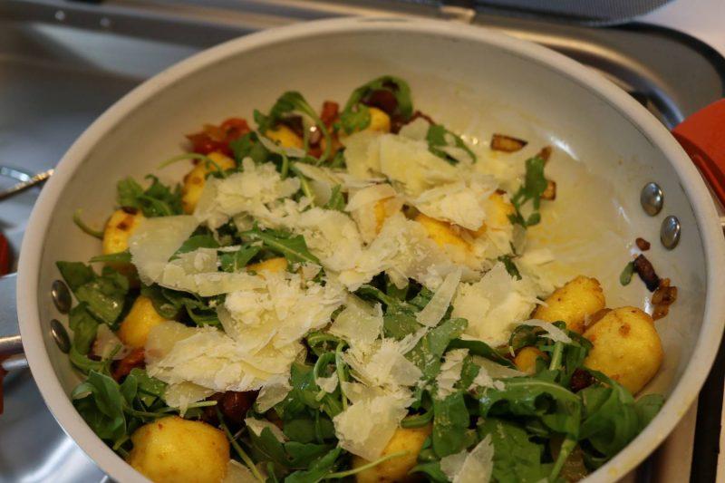 Zum Finale noch die grob geraspelten Parmesan-Flocken drüberstreuen.