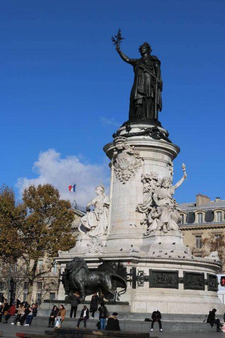 Die Freiheitsstatue auf dem Place de la Republique.