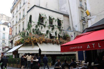 In der Rue Buci reihen sich Café an Brasserie, Restaurant und Chocolatier.