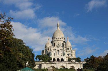 Hoch über Montmartre die berühmte Kirche Sacre Coeur.