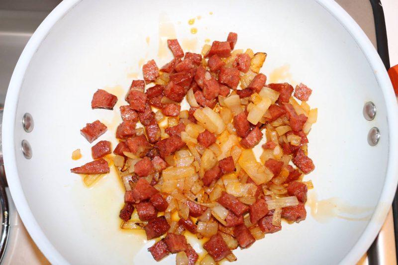 Salsiccia piccante und Zwiebeln mit etwas Olivenöl scharf anbraten.