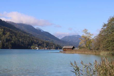 Wunderschön liegt der See zwischen den Bergketten.