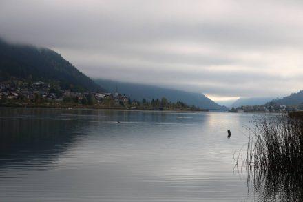 Noch bei wolkenverhangenem Himmel gehts am Westufer los.