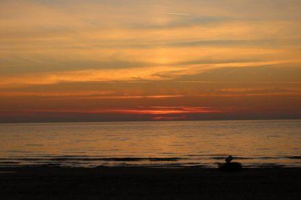 Traumhafte Sonnenuntergänge über dem Meer.