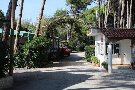 Der Eingang zum Campingplatz Villaggio dei Pini in Capaccio Paestum.