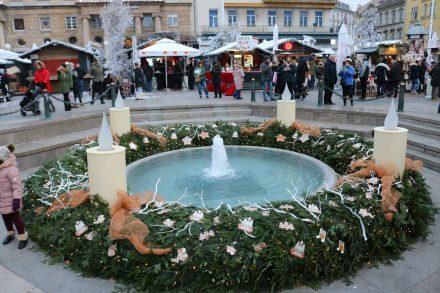 Der Riesenadventskranz am Jelacica Platz in Zagreb.