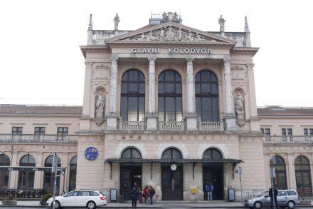 Ds Bahnhofsgebäude ist auch schön renoviert.